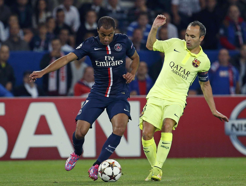 Lucas disputa bola com Iniesta Foto: Benoit Tessier/AP
