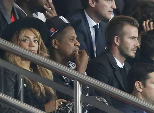 Former England and PSG soccer player David Beckham, right, Beyonce, left, and her husband Jay Z watch during the Champions League Group F soccer match between Paris Saint German and Barcelona at Parc des Princes stadium in Paris, France, Tuesday, Sept. 30, 2014 Foto: AP en español