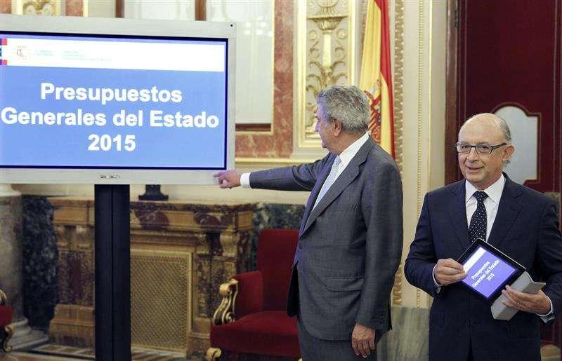 El ministro de Hacienda, Cristóbal Montoro (d), entregó al presidente del Congreso, Jesús Posada, el proyecto de ley de Presupuestos Generales del Estado para 2015. Foto: Chema Moya/EFE