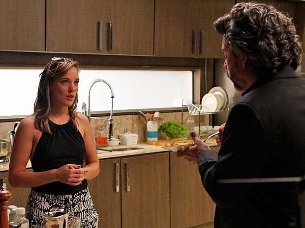Zé Alfredo não gosta de saber que Amanda está de volta ao Brasil Foto: TV Globo/Divulgação