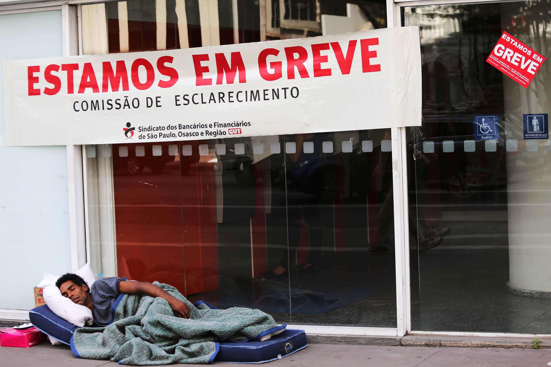 Morador de rua dorme na frente de banco na Avenida Paulista, em São Paulo Foto: Renato S. Cerqueira/Futura Press