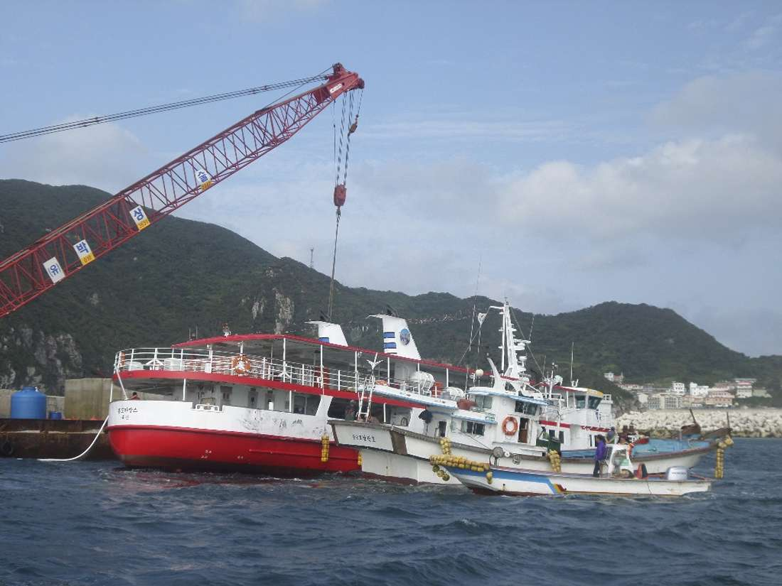 Cruzeiro naufragou, mas equipe de resgate conseguiu salvar todos a bordo Foto: South Korean Coast Guard/Reuters