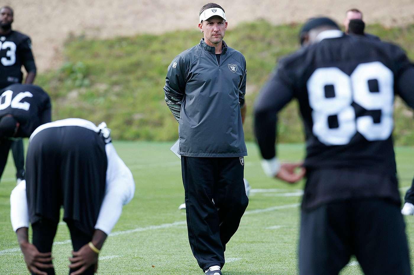 Dennis Allen, entrenador en jefe de los Oakland Raiders, fue despedido tras sumar una marca de 8 ganados y 28 perdidos en sus últimos tres años como entrenador en la NFL. Foto: AP