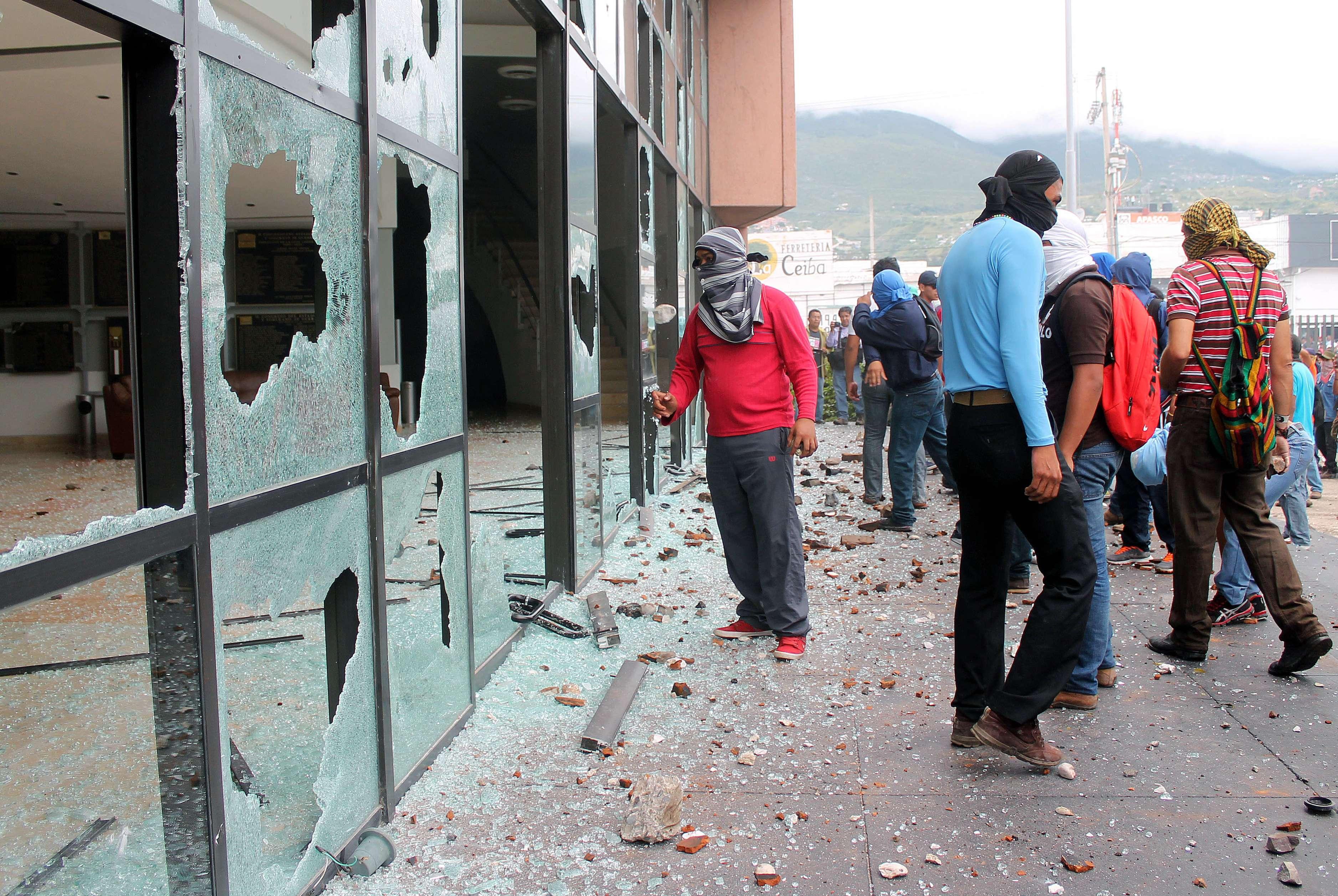 Estudiantes atacan sede del Congreso en Guerrero, México Foto: AFP en español