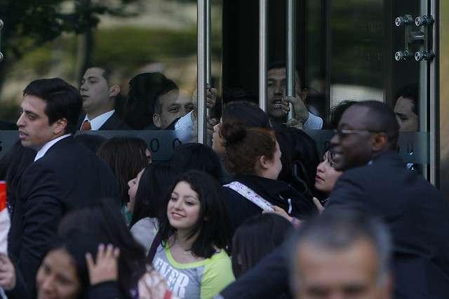 Fans de Miley Cyrus traspasaron las barreras de Seguridad del Hotel W, donde actualmente se esta hospedando la cantante. Foto: Agencia Uno