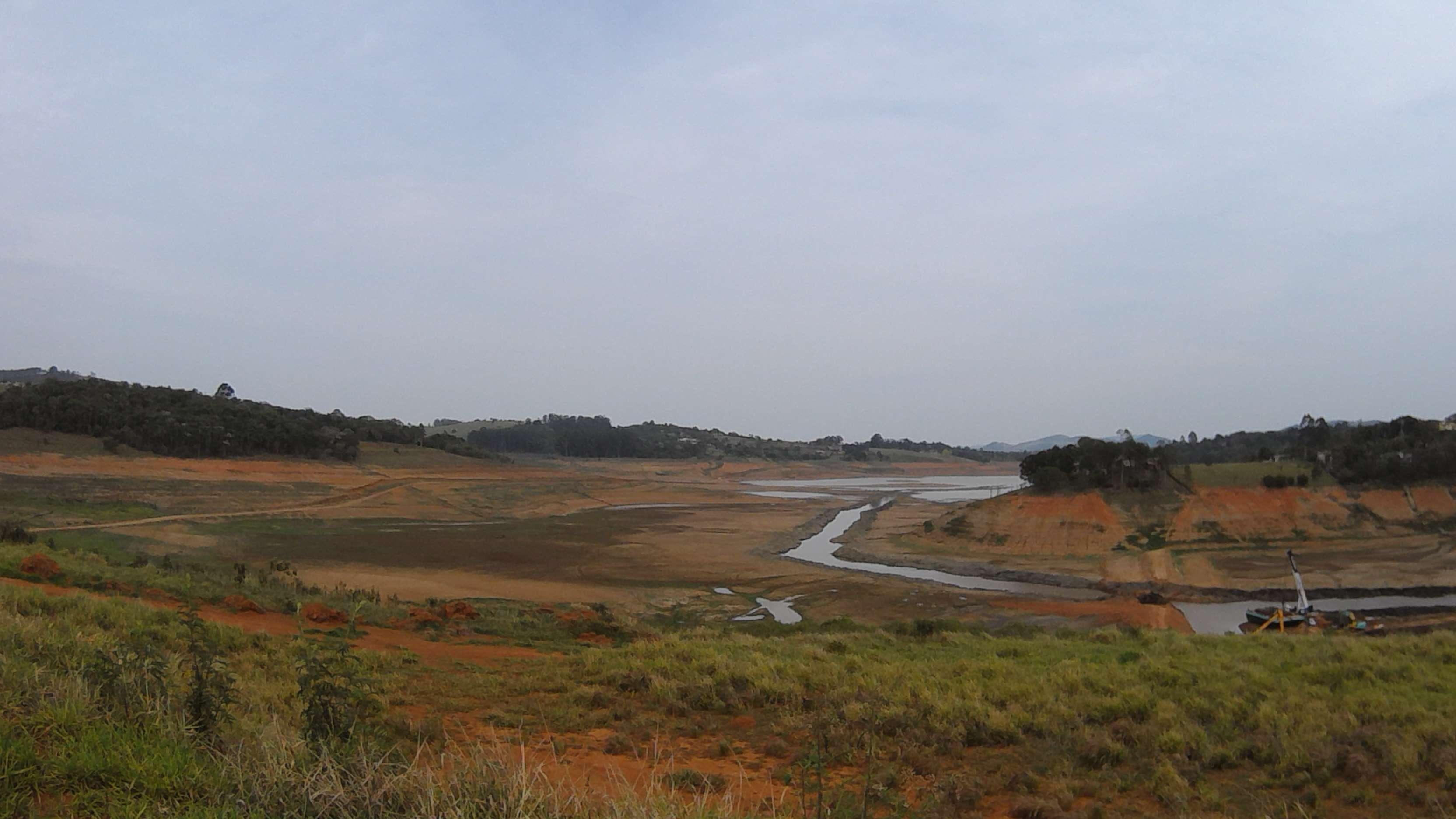 Não é mais possível praticar esportes náuticos em diversos pontos da represa Jacareí/Jaguari Foto: Thiago Tufano/Terra