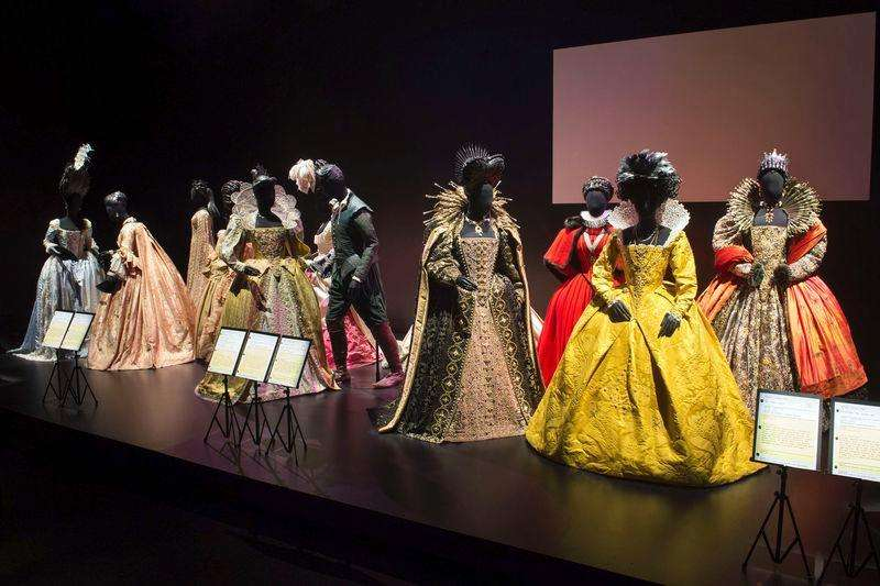 Elizabethan costumes are shown on display at the Hollywood Costume exhibit, curated by the Academy of Motion Pictures Arts and Sciences and London's Victoria & Albert museum, at the future home of the Academy Museum of Motion Pictures in Los Angeles, in this publicity photo released to Reuters on September 30, 2014. Foto: Greg Harbaugh/Reuters