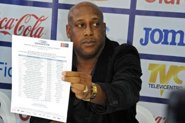 Hernán muestra la lista de jugadores para el juego del Tri Foto: Getty Images