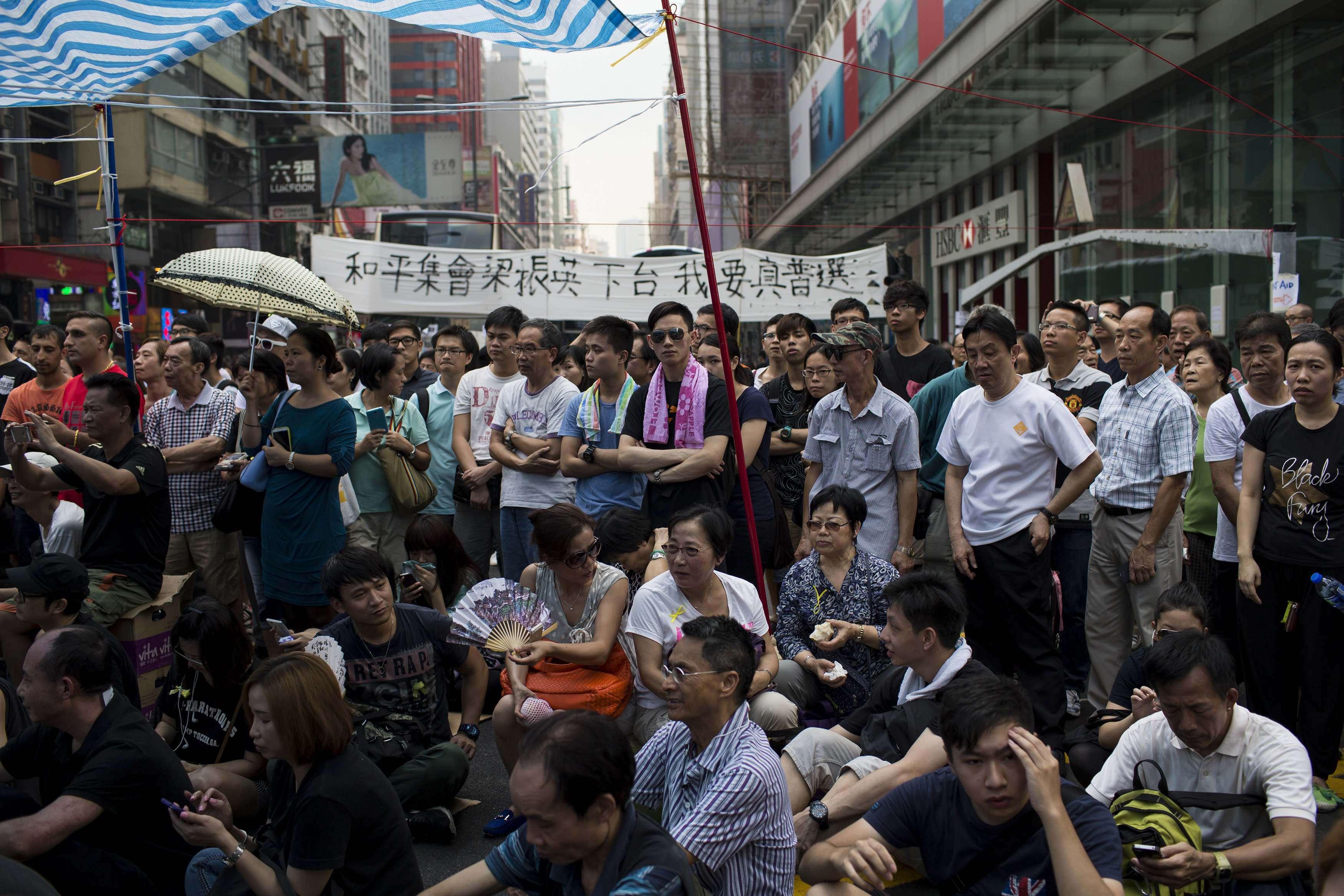 Manifestantes se reúnem em ruas de Hong Kong contra governo atual e pedem eleições Foto: Tyrone Siu/Reuters