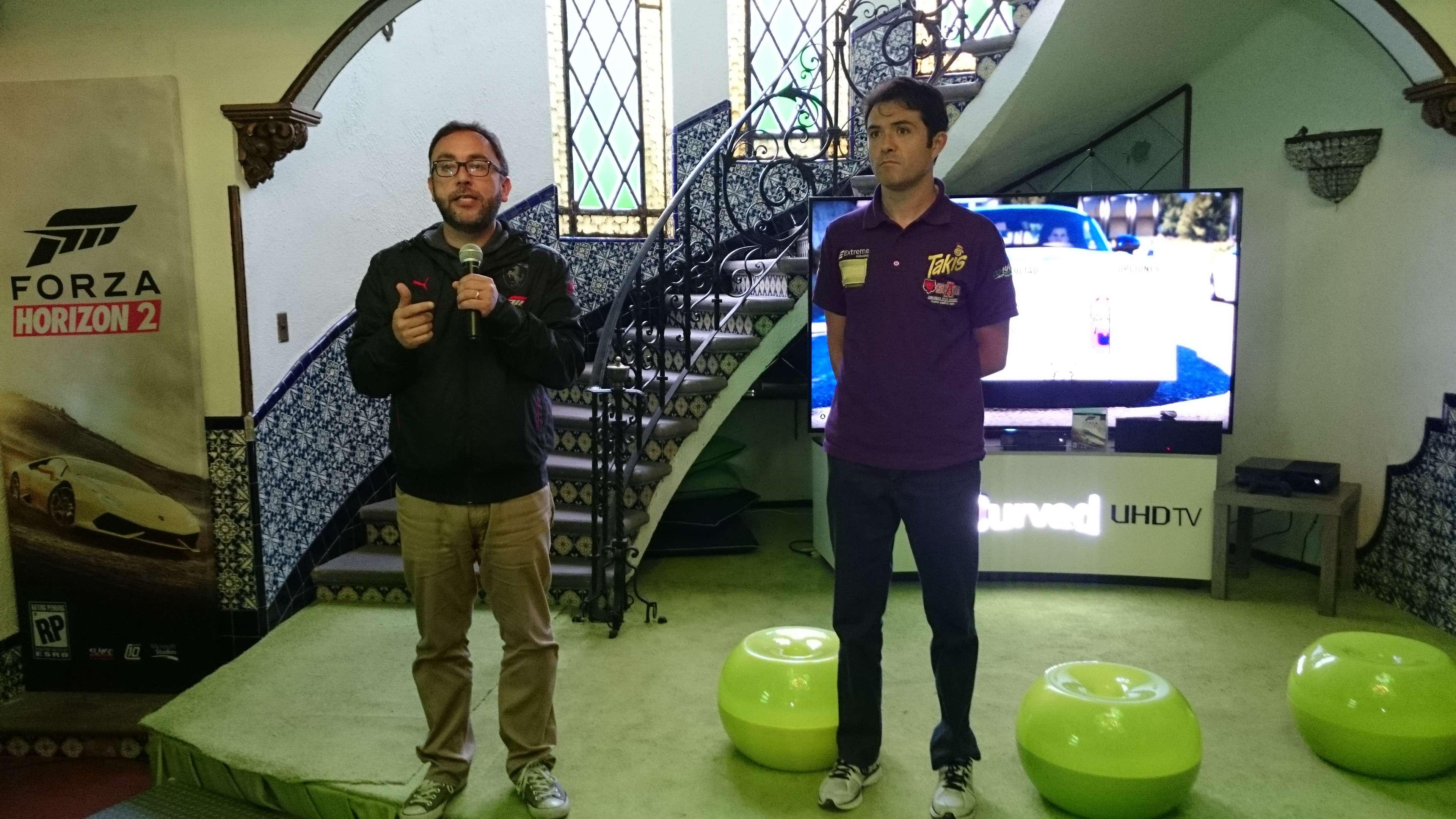 """Jaime Limón (i), jefe de Xbox México, fue acompañado por el piloto de carreras Luis """"Chapulín"""" Díaz (d). Foto: Juhani Espinoza/Terra México"""