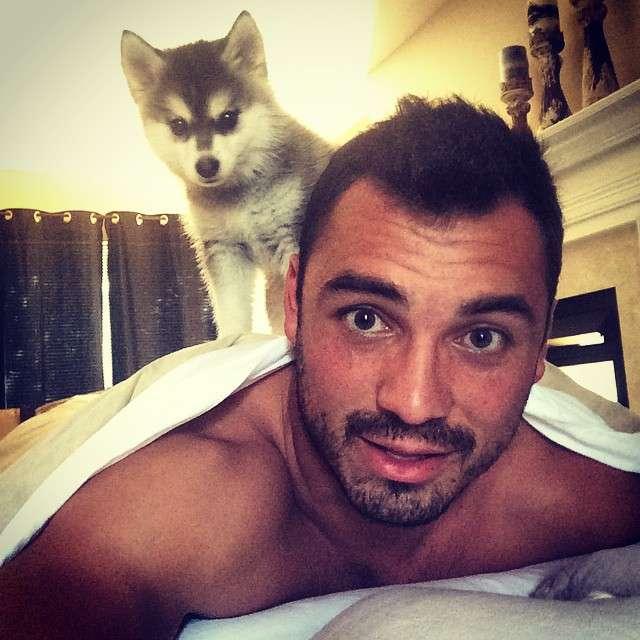 Joseph Fauria e seu cãozinho Lil' Rufio; caçada para impedir xixi acabou mal Foto: Instagram/Reprodução