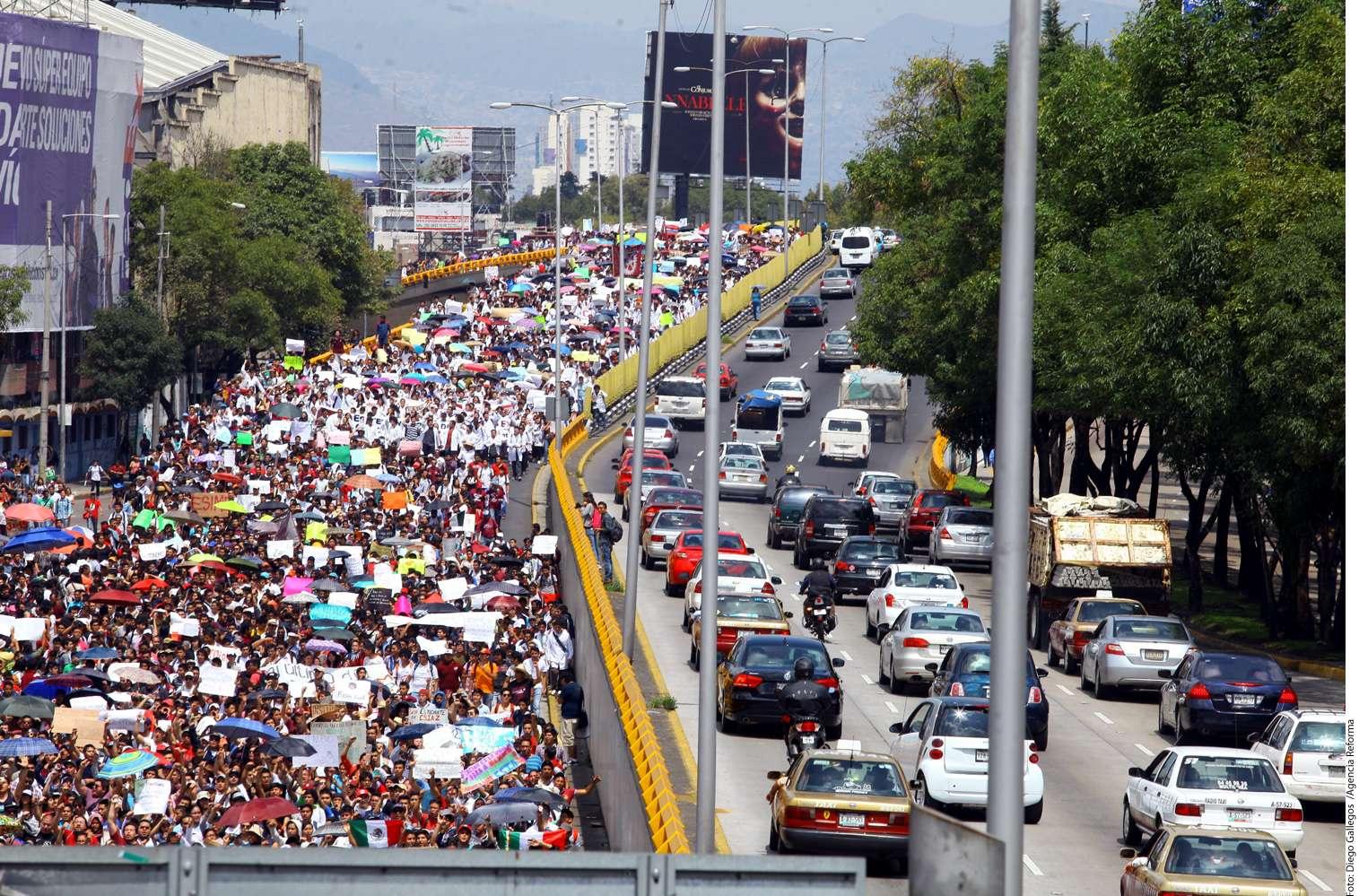 Miles de alumnos del IPN se unieron a la marcha de este martes para que las autoridades atiendan sus demandas. Foto: Diego Gallegos/Reforma