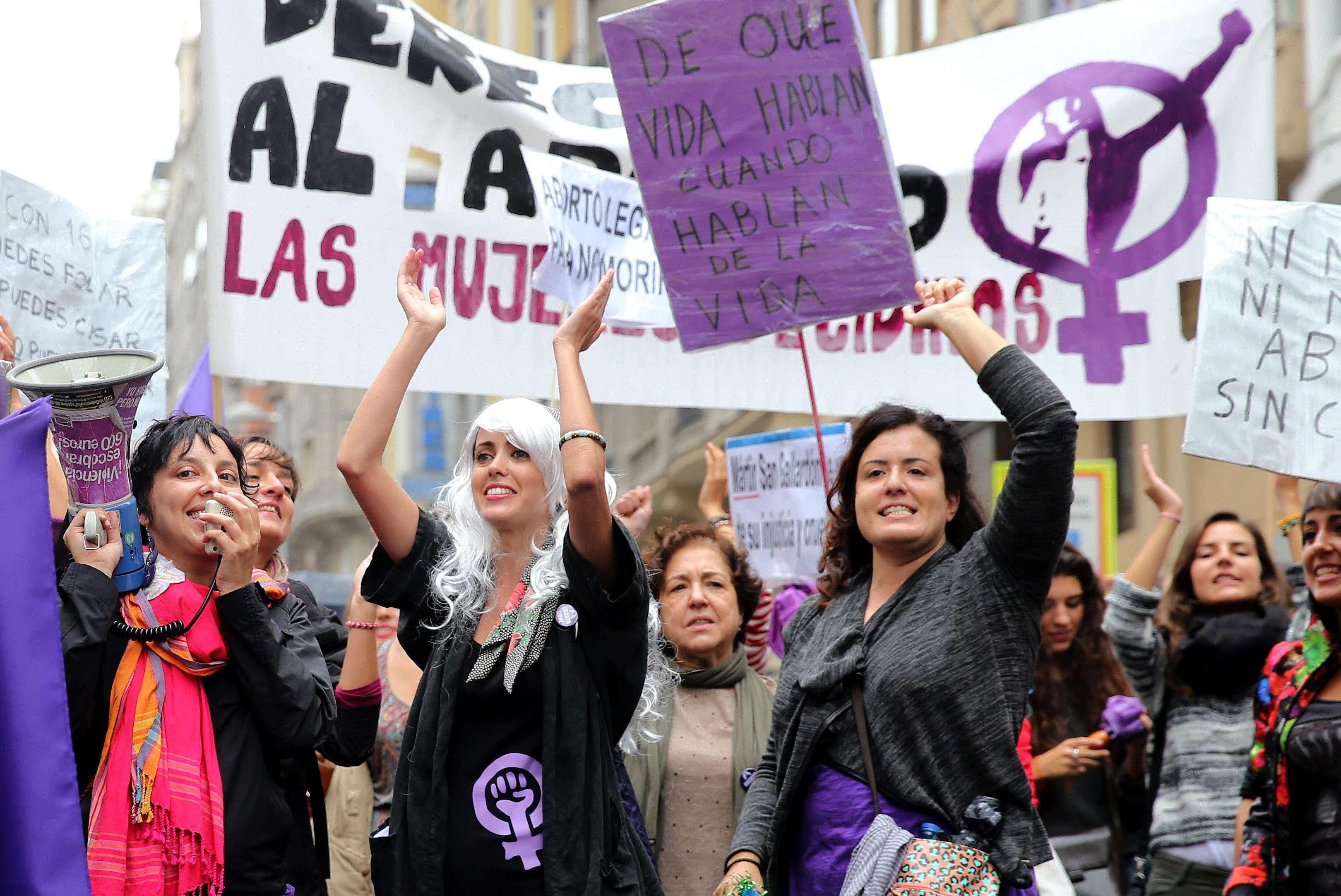 Miles de argentinas hicieron el lunes un simbólico abrazo al Congreso en Buenos Aires para exigir la sanción de una ley que garantice el aborto legal, en un país donde se practicaría medio millón de abortos por año. Foto: EFE en español