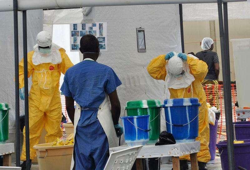 Equipe da ONG Médico Sem Fronteiras em trabalho na Monróvia, capital da Libéria, na segunda-feira. Foto: James Giahyue/Reuters