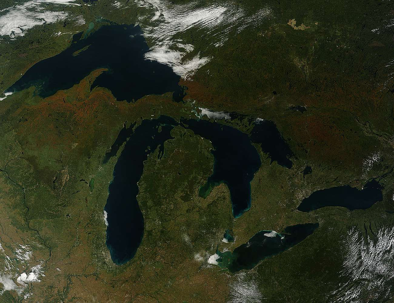 El 30 de septiembre la NASA publicó una imagen satelital de los Grandes Lagos, que muestra cómo el paisaje se pinta de otoño en el hemisferio norte del planeta. Foto: Jeff Schmaltz at NASA GSFC. Caption by Mike Carlowicz