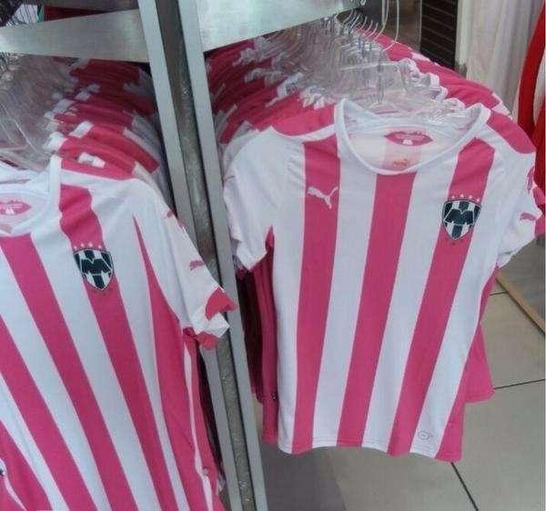 La imagen de la playera del equipo de los Rayados en color rosa que apareció en redes sociales. Foto: twitter @monterreycf