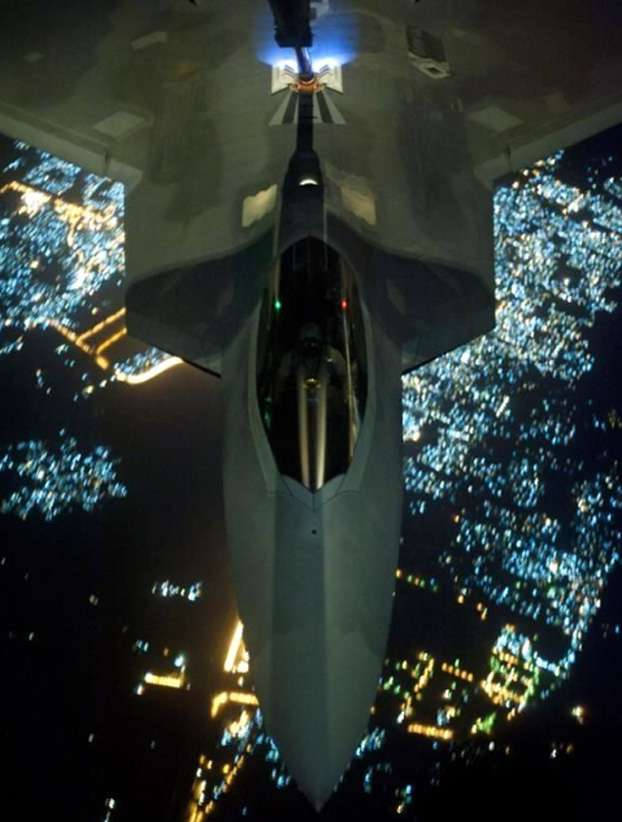 Un avión de combate Raptor F-22 Raptor de la Fuerza Aérea estadounidense es abastecido de combustible antes de realizar ataques contra posiciones del EI Foto: AP en español