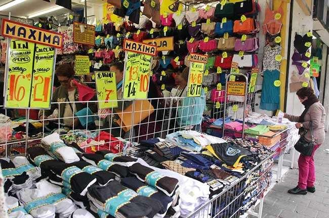 Una de las razones por las cuales estas prendas están entrando de manera tan barata son los amparos que se han otorgado a ciertas empresas para evitar las revisiones. Foto: Reforma