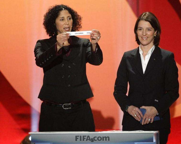 "Steffi Jones (L), head of the organization committee of the Women's World Cup holds up a slip of paper carrying the name ""Colombia"", as she stands next to Tatjana Haenni, FIFA head of women's football competitions, during the draw in Frankfurt for the 2011 Women's World Cup, November 29, 2010. Foto: Alex Domanski/Reuters"
