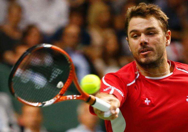 Switzerland's Stanislas Wawrinka returns a ball during his Davis Cup semi-final tennis match against Italy's Fabio Fognini at the Palexpo in Geneva September 12, 2014. Foto: Pierre Albouy/Reuters
