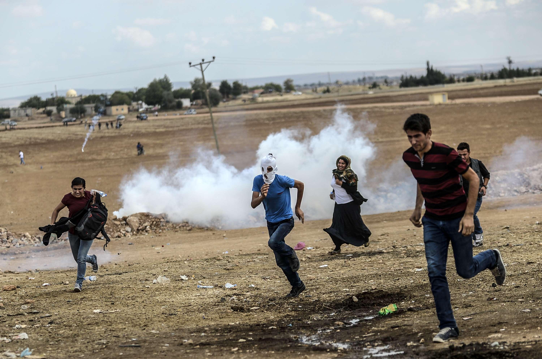 Dezenas de milhares de curdos sírios invadiram a Turquia, fugindo um ataque pelo Estado islâmico Foto: BULENT KILIC/AFP