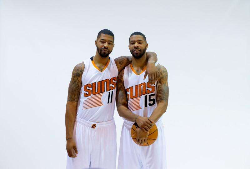Sep 29, 2014; Phoenix, AZ, USA; Phoenix Suns forward Markieff Morris (left) and twin brother Marcus Morris pose for a portrait during media day at the US Airways Center. Mandatory Credit: Mark J. Rebilas-USA TODAY Sports. Foto: Reuters