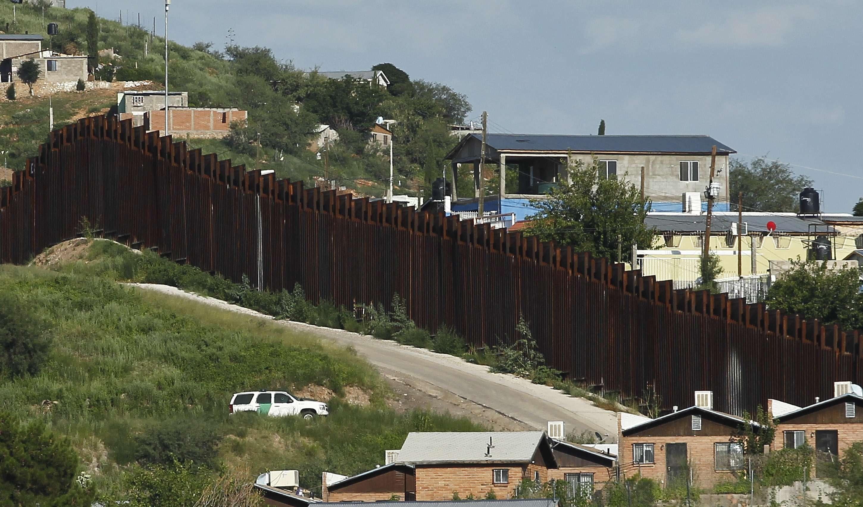Un vehículo de la Patrulla Fronteriza vigila a lo largo de la valla de la frontera en Nogales, Arizona. Foto: AP en español