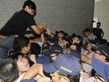 Enfrentamiento frente a la oficina de Hong Kong en Taipéi Foto: BBC Mundo/Copyright