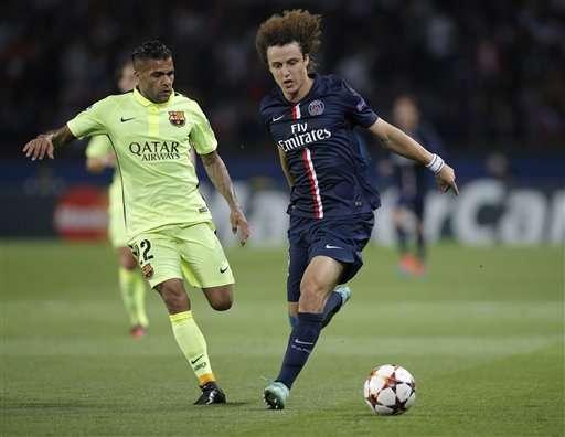 Dani Alves jugando con la camiseta del FB Barcelona Foto: AP en español