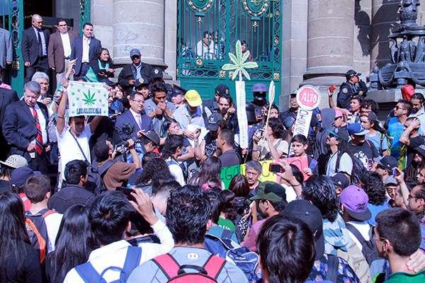 El boletín se difundió a los medios después de que Santillán Pérez se reuniera con consumidores de marihuana. Foto: Prensa Eduardo Santillán