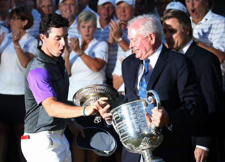 Aug 10, 2014; Louisville, KY, USA; PGA golfer Rory McIlroy catches the Wanamaker Trophy as it slips out of the hands of PGA president Ted Bishop when presented after winning the 2014 PGA Championship golf tournament at Valhalla Golf Club. Mandatory Credit: Brian Spurlock-USA TODAY Sports. Foto: Reuters