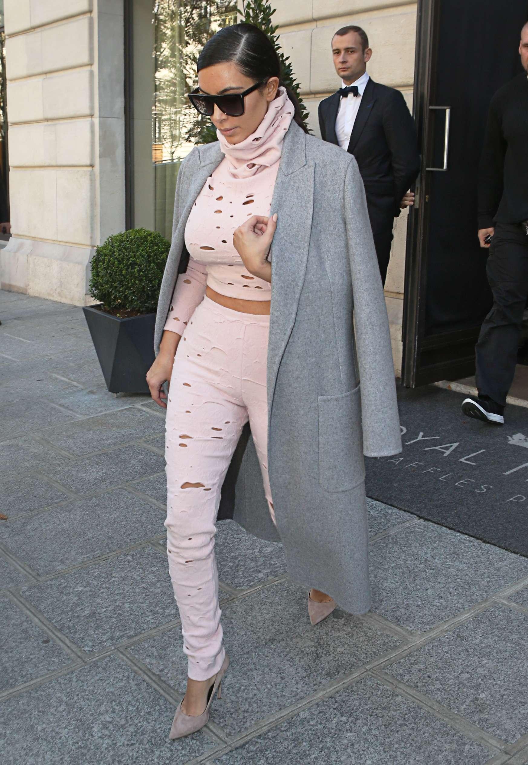 La starlet Kim Kardashian abandona París con un outfit made in Chanel al más puro estilo 'agujeros de polilla' que ya ha lucido Cara Delevingne sobre la pasarela. Foto: Gtres