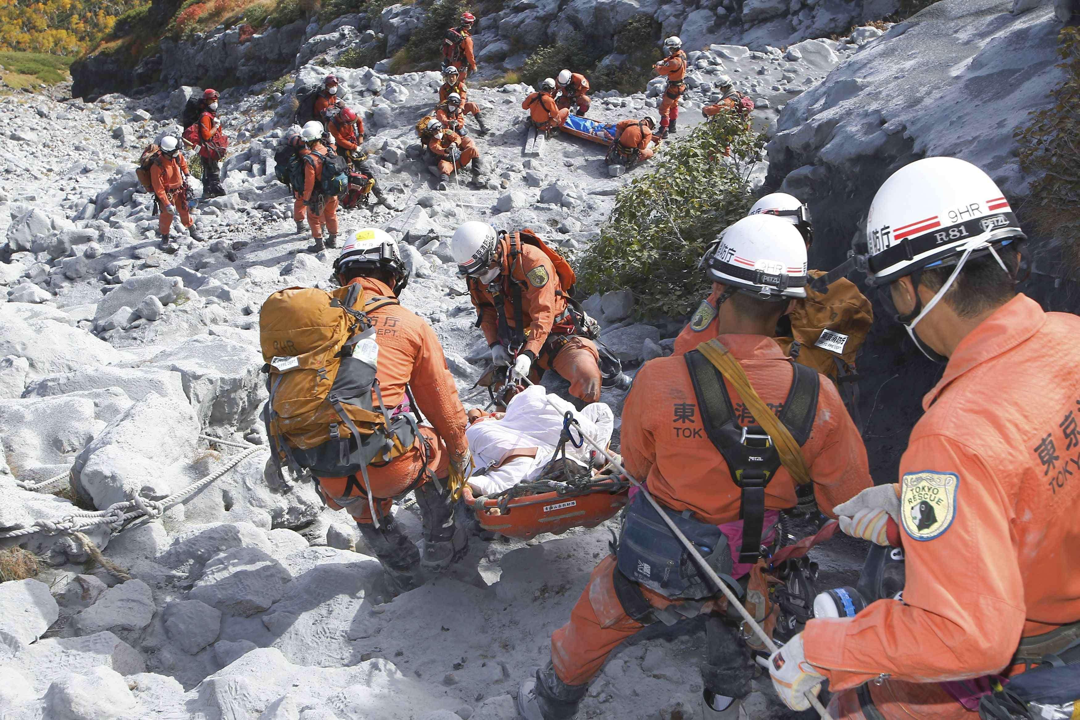 Equipes de resgate encontraram outros 12 corpos na montanha após erupção Foto: Tokyo Fire Department/Reuters