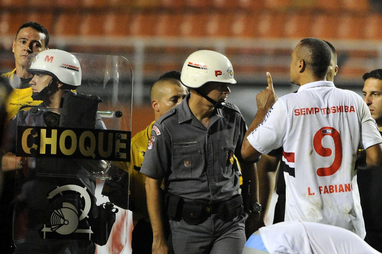 Luís Fabiano é expulso após a partida contra o Arsenal pela Libertadores Foto: Marcelo Ferrelli/Gazeta Press
