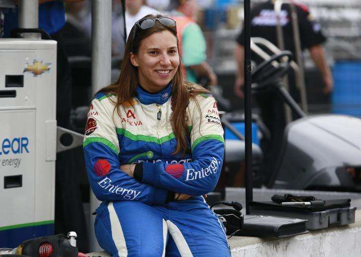 KV Racing Technology driver Simona de Silvestro of Switzerland sits on the pit lane wall smiling during a practice session prior to qualifications at the Indianapolis Motor Speedway in Indianapolis, Indiana May 18, 2013. Foto: Brent Smith/Reuters