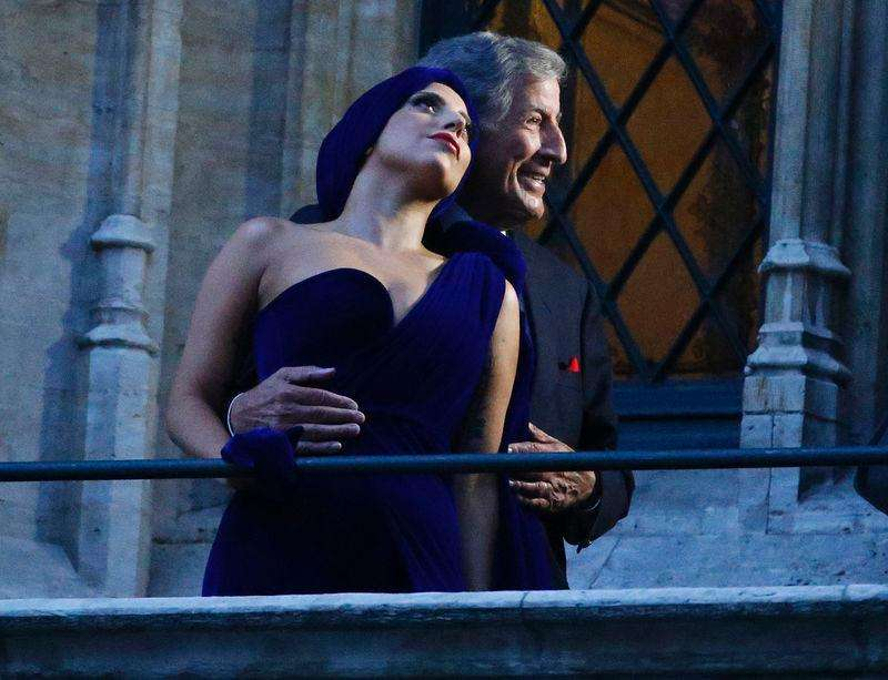 U.S. singers Lady Gaga and Tony Bennett (R) pose on the balcony of Brussels townhall after a news conference, ahead of their concert, at Brussels Grand Place September 22, 2014. Foto: Yves Herman/Reuters