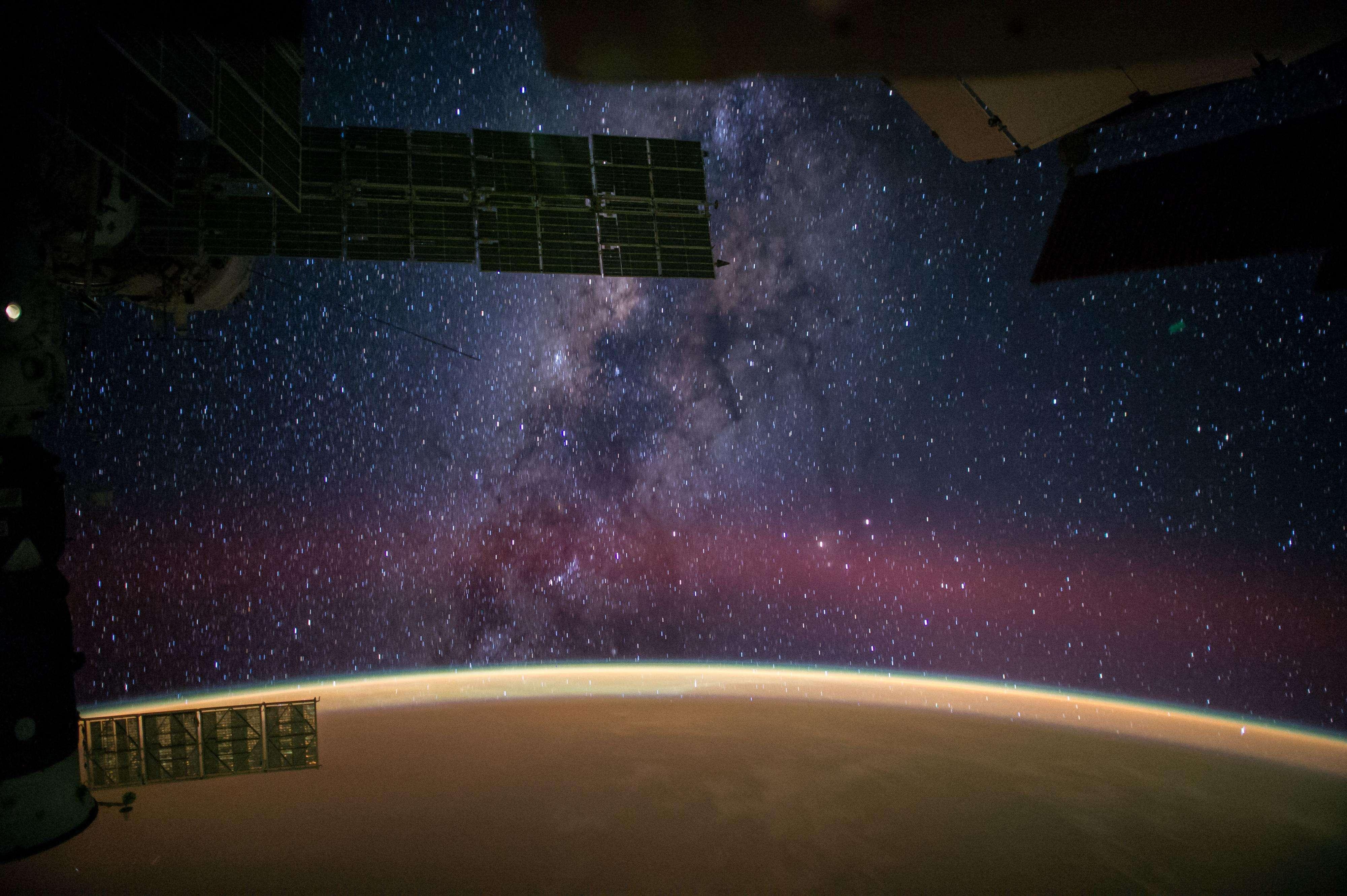 El 1 de octubre la NASA publicó una fotografía donde se ve cómo la Vía Láctea le roba protagonismo al espectáculo las arenas del Sahara que dan a la Tierra de un resplandor naranja. Foto: NASA/Reid Wiseman