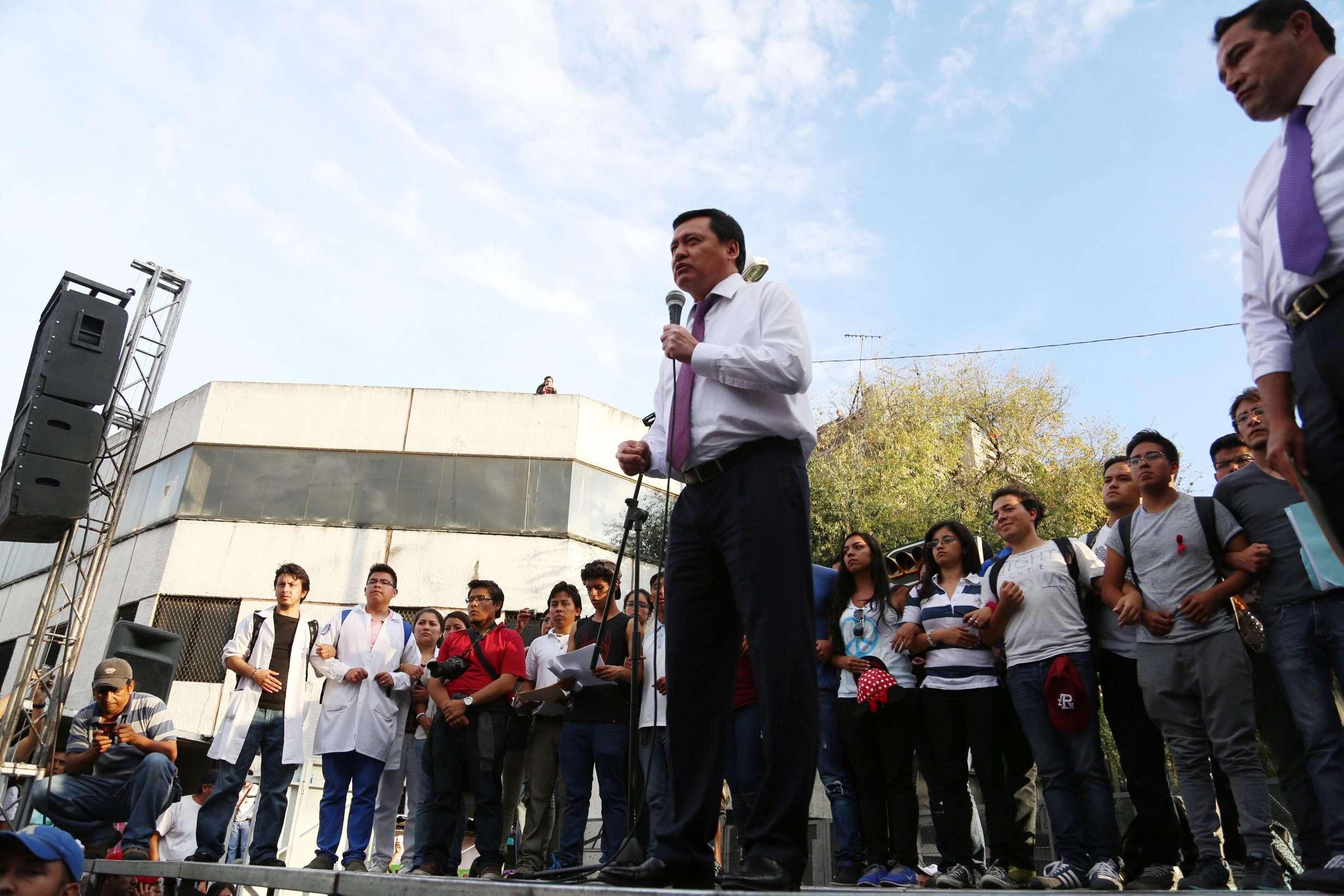 """Antes de salir el titular de la Segob, los estudiantes pedían ser atendidos: """"¡Queremos a Chong, queremos a Chong!"""" Foto: Notimex"""