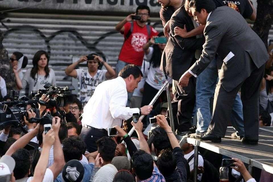 El secretario de Gobernación salió de la dependencia para dialogar con alumnos del IPN que marcharon hasta la dependencia Foto: Reforma/Alejandro Mendonza