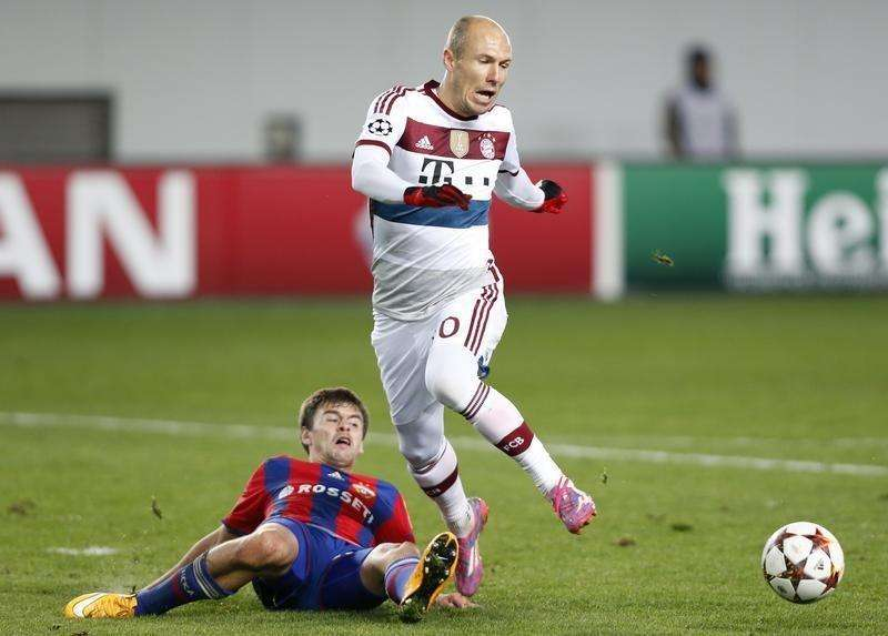 CSKA Moscow's Georgi Schennikov (L) fights for the ball with Bayern Munich's Arjen Robben during their Champions League soccer match at the Arena Khimki outside Moscow, September 30, 2014. Foto: Sergei Karpukhin/Reuters