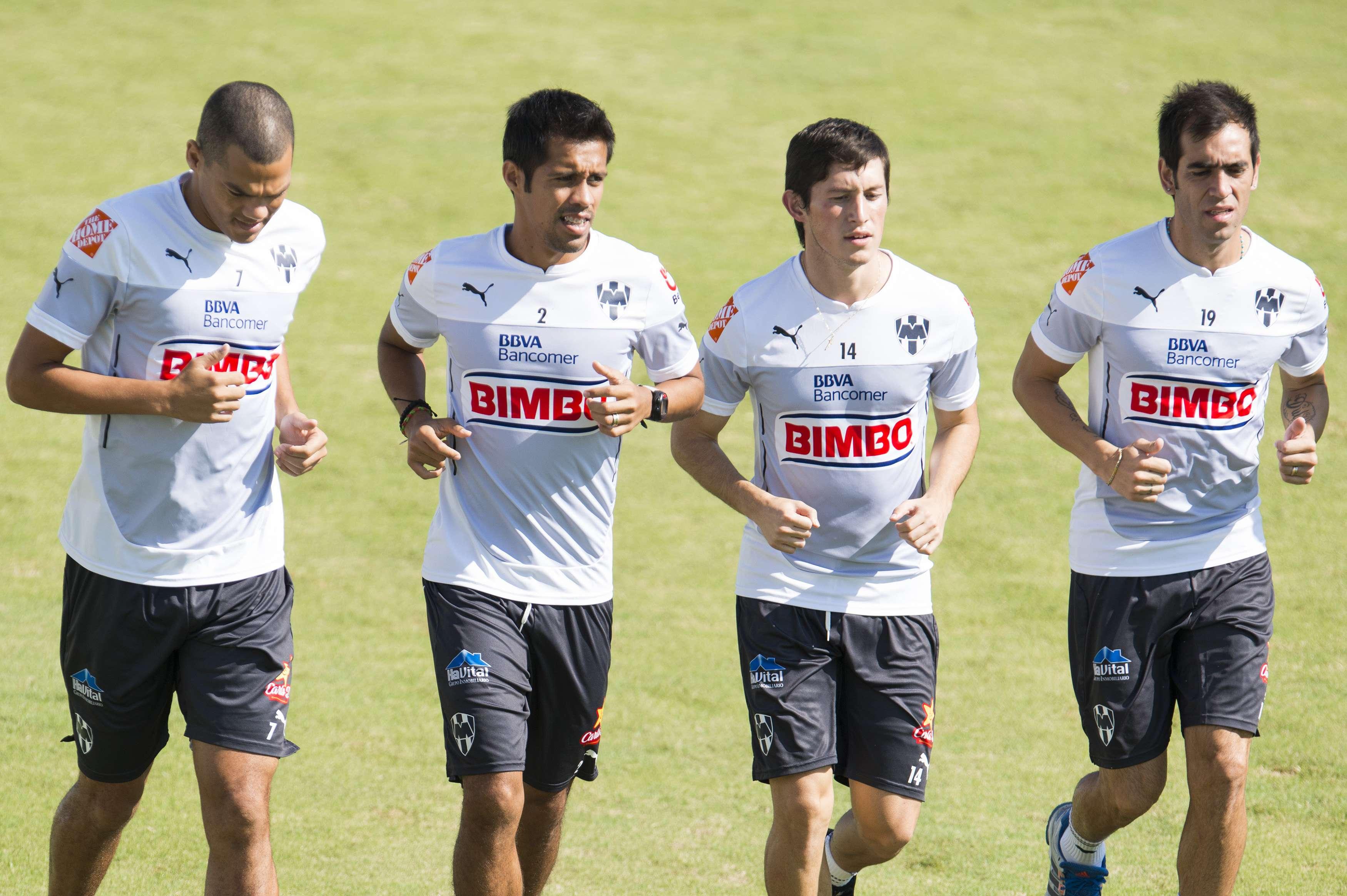 Severo Meza corre con Lucas Silva a su derecha, y Neri Cardozo y César Delgado a su izquierda, durante un entrenamiento de Rayados. Foto: Mexsport