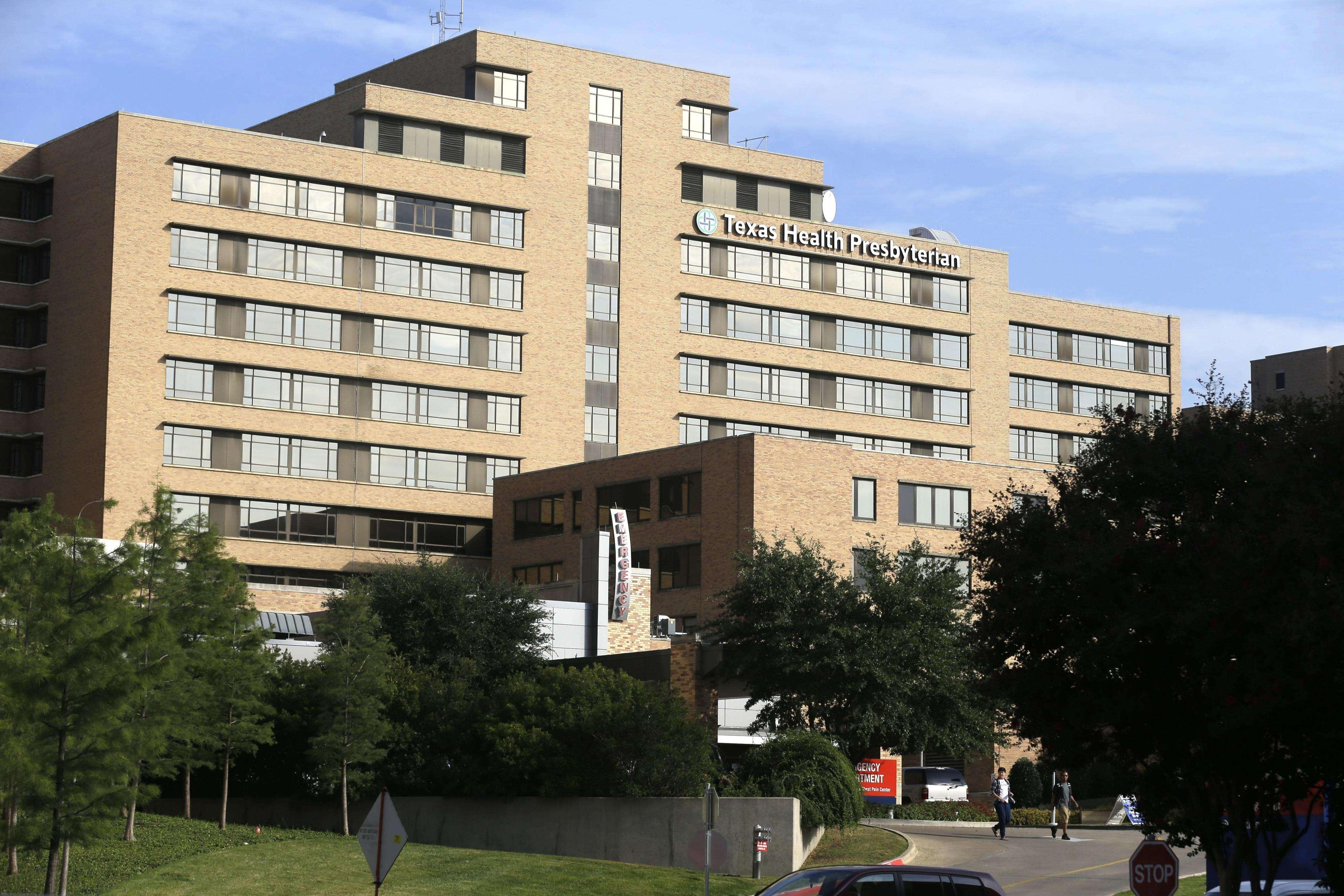 Vista del Hospital Texas Health Presbyterian, donde el paciente recibe tratamiento. Foto: AP en español