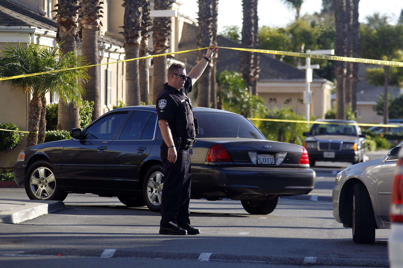 Un policía en el lugar de un incidente con un arma de fuego en Bell Gardens, California, el martes 30 de septiembre de 2014. Foto: AP en español
