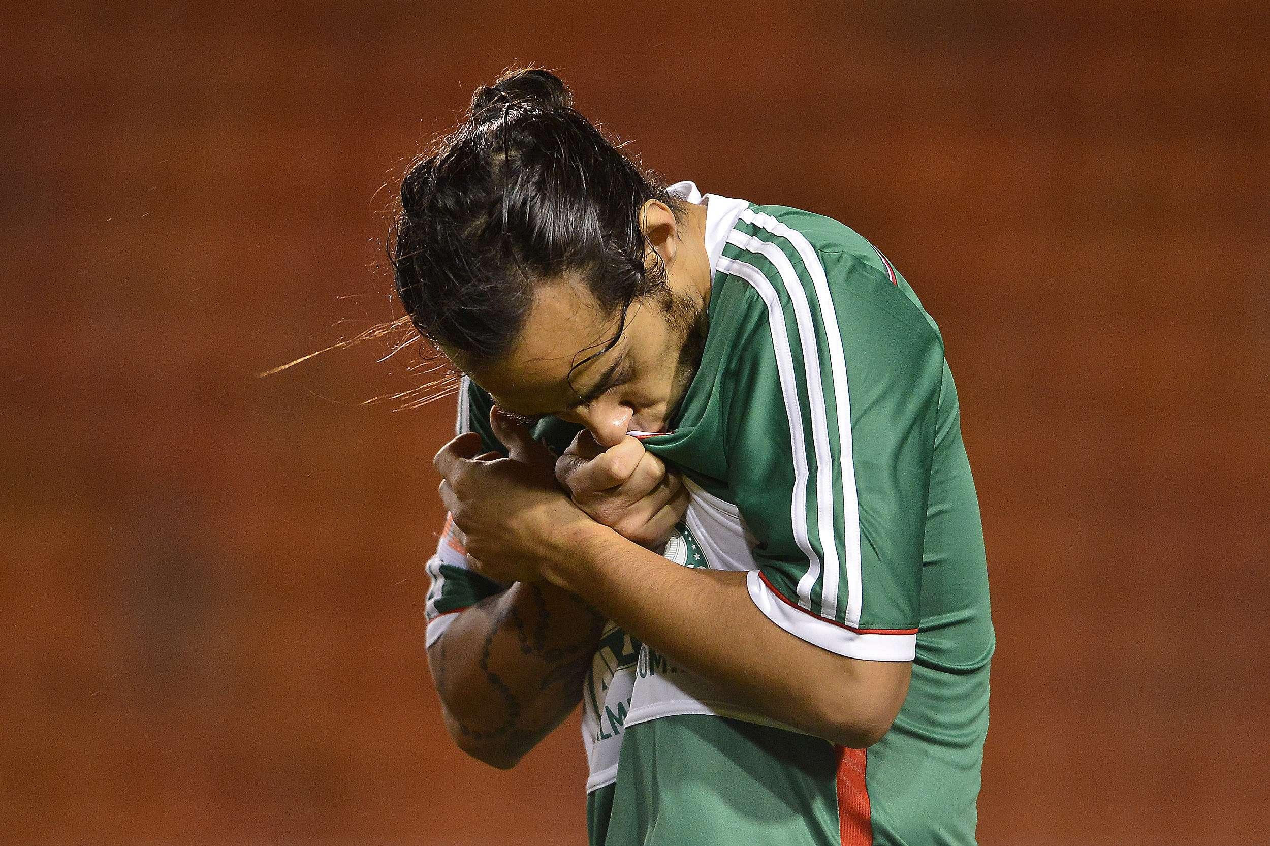Valdivia beija símbolo palmeirense em duelo contra a Chapecoense Foto: Mauro Horita/Agif/Gazeta Press