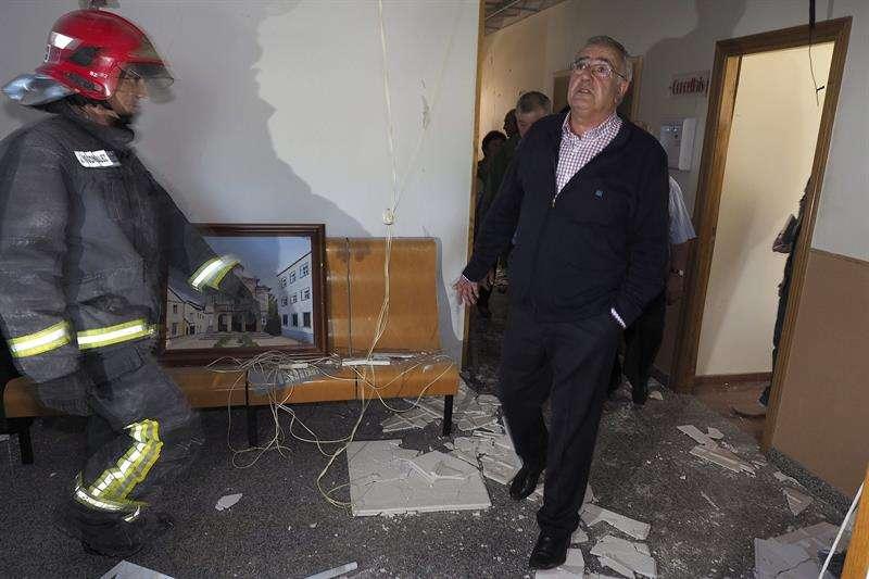 El alcalde de Baralla (Lugo), Manuel González Capón, mira los destrozos en el interior del Ayuntamiento. Foto: Eliseo Trigo/EFE en español