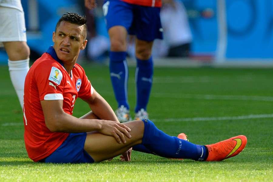 Alexis recibió muchos golpes en el duelo por Champions Foto: Agencia UNO