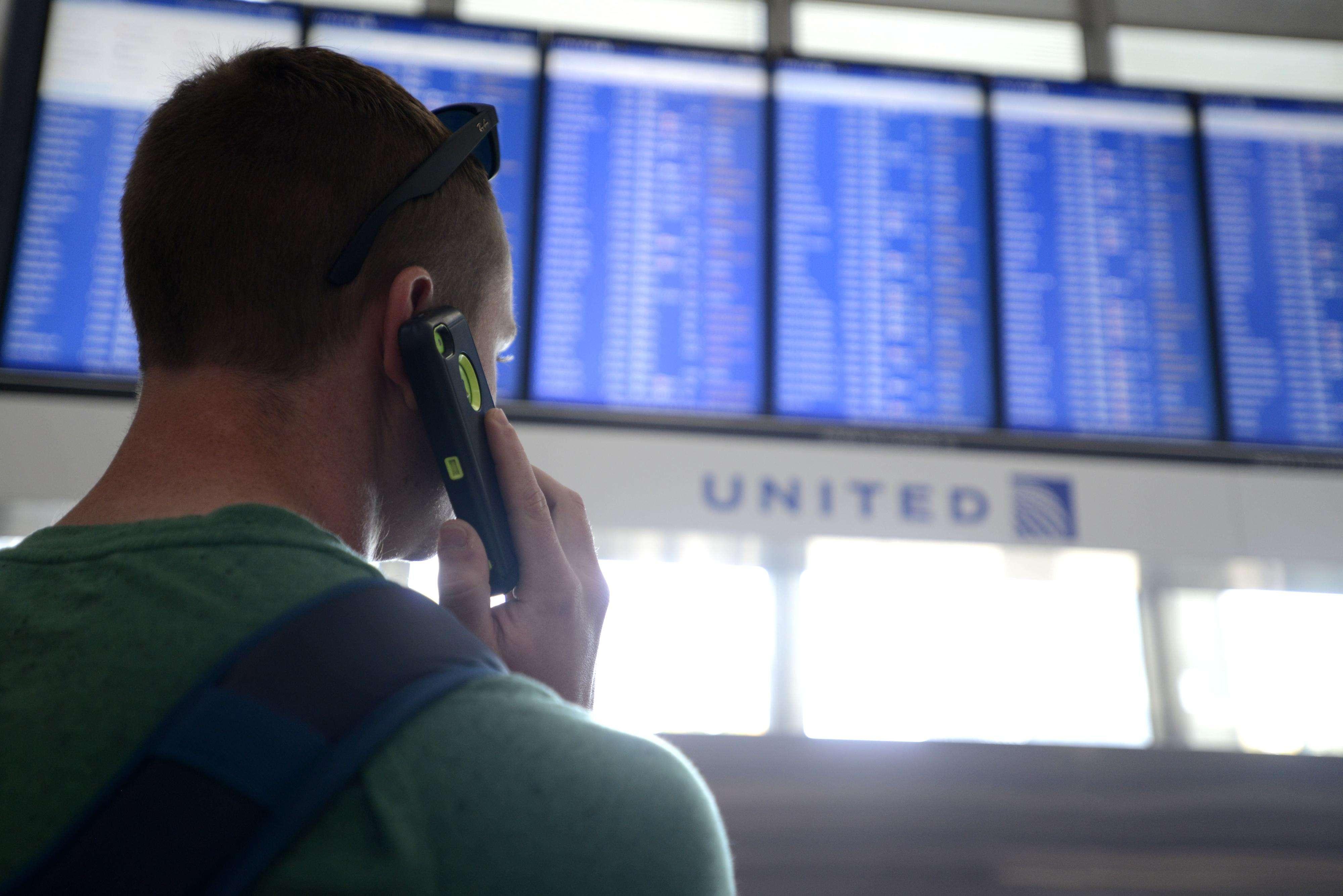 El pasajero Dennis McCormack de Rockaway, N.J. resultó afectado en la cancelación de vuelos la semana pasada en el O'Hare International Airport. Foto: AP en español