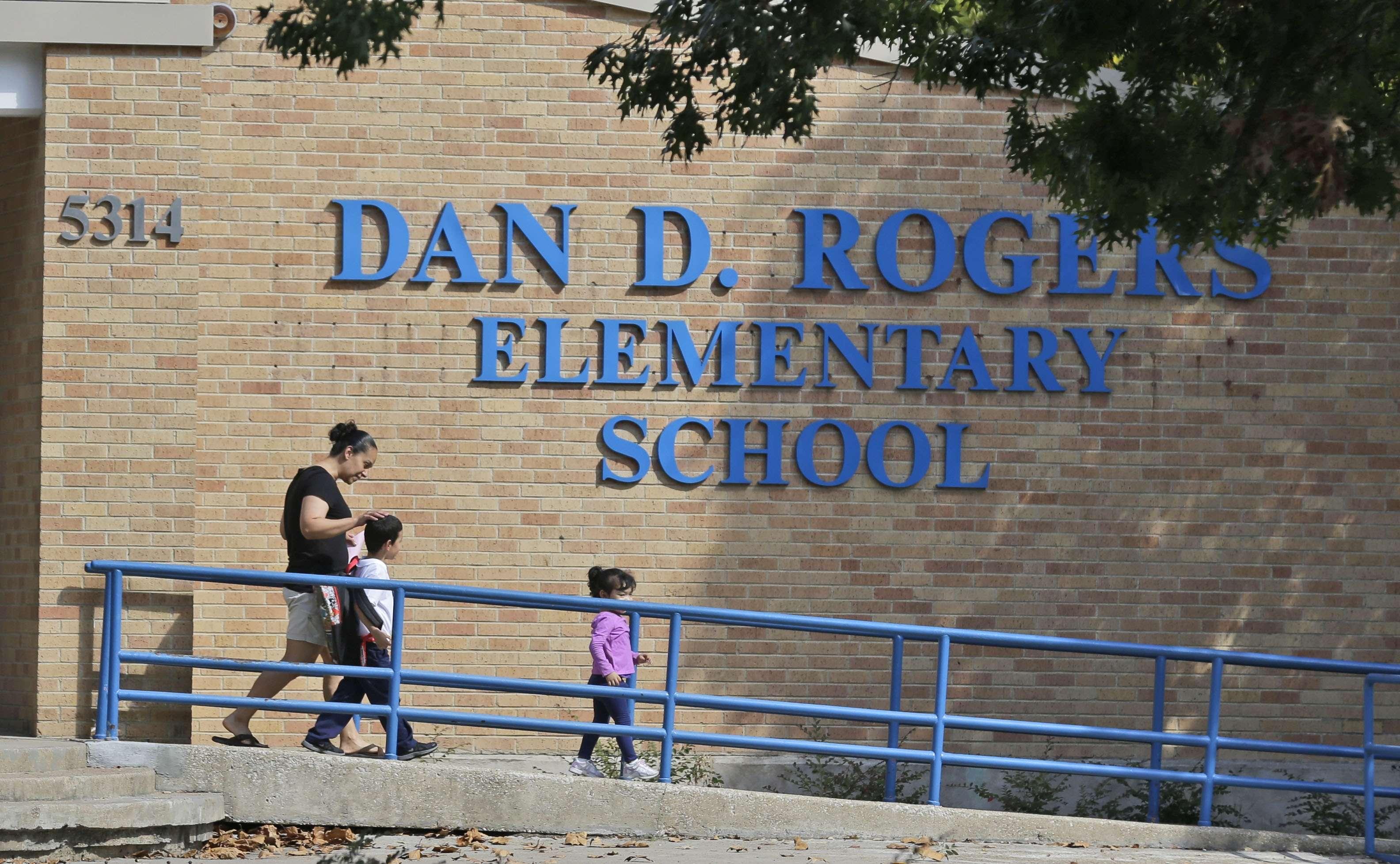 Varios niños de una escuela de Dallas tuvieron contacto con el hombre diagnosticado con ébola, y ya se encuentran bajo observación. Foto: AP en español