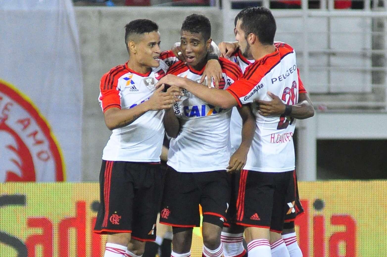Jogadores do Flamengo comemoram gol de Gabriel Foto: Anderson Stevens/Agência Lance