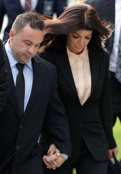 Teresa y Joe Giudice llegan a la corte para escuchar su sentencia por fraude fiscal. Foto: AP en español